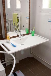 Prises et miroir à hauteur variable et inclinable